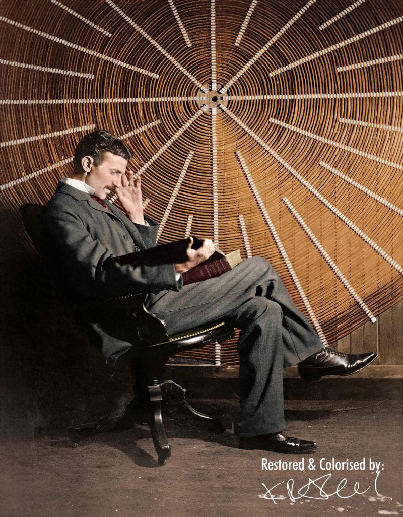 Тесла сликан са Максвеловом књигом  Scientific Papers